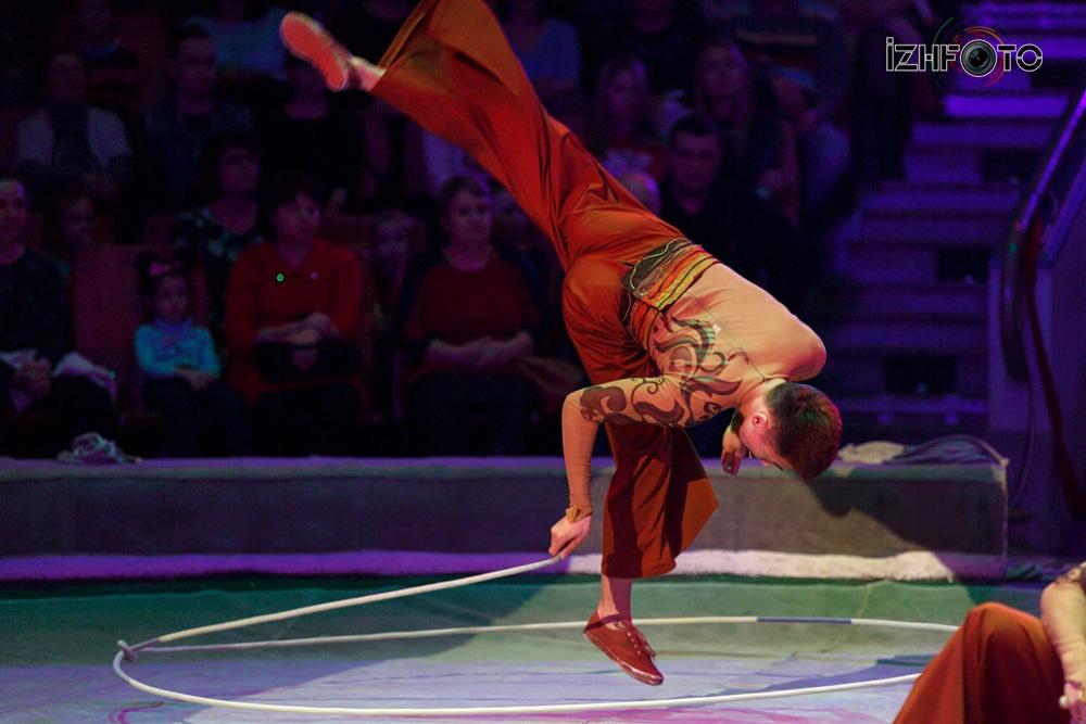 Синьцзянская акробатическая труппа «Санни бойз», лассо, Китай