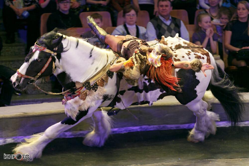 Конный аттракцион Джигиты Апачи на 7-м фестивале циркового искусства