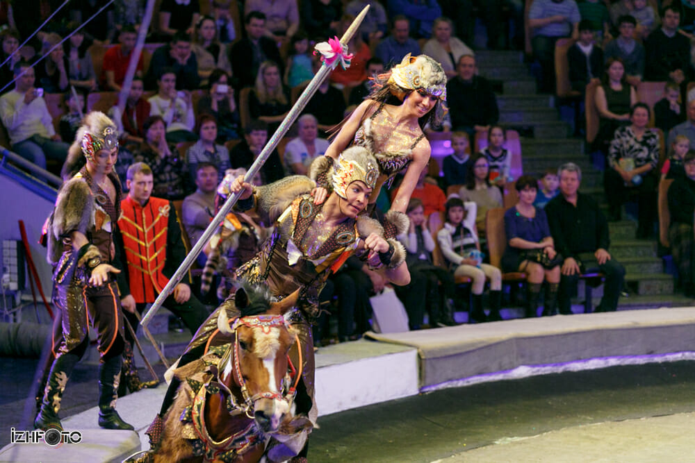 Конный аттракцион Джигиты Апачи на фестивале циркового искусства