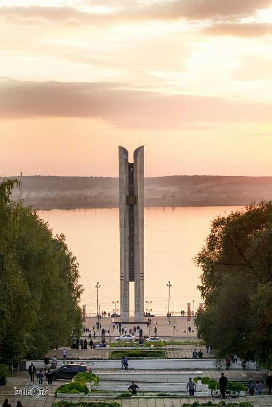 Монумент Дружбы Народов (Лыжи Г.Кулаковой)