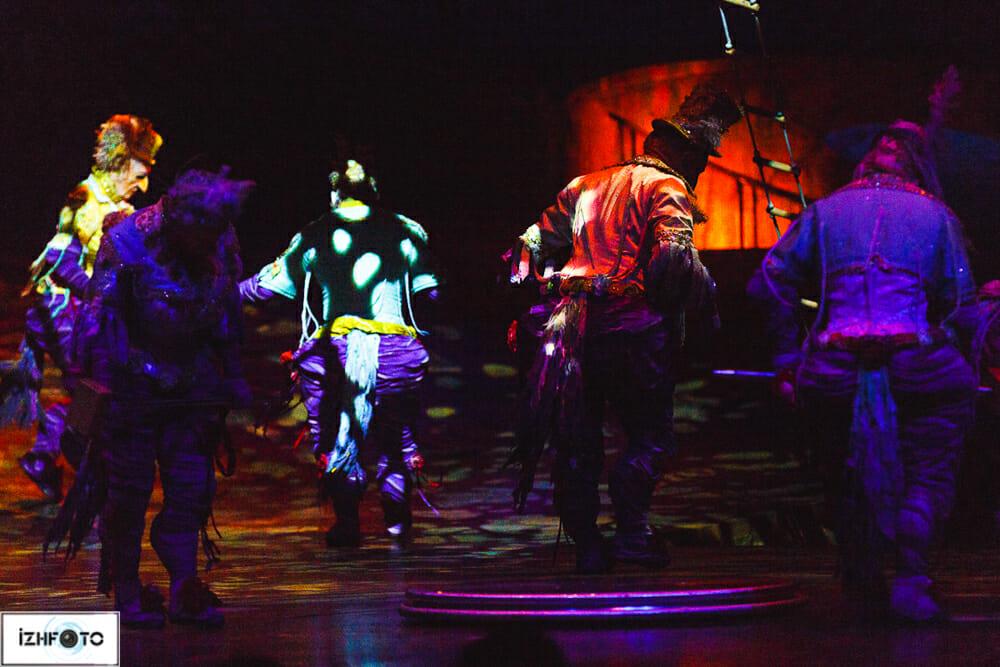 Alegria с ее театральной пышностью - это феерия красочных костюмов