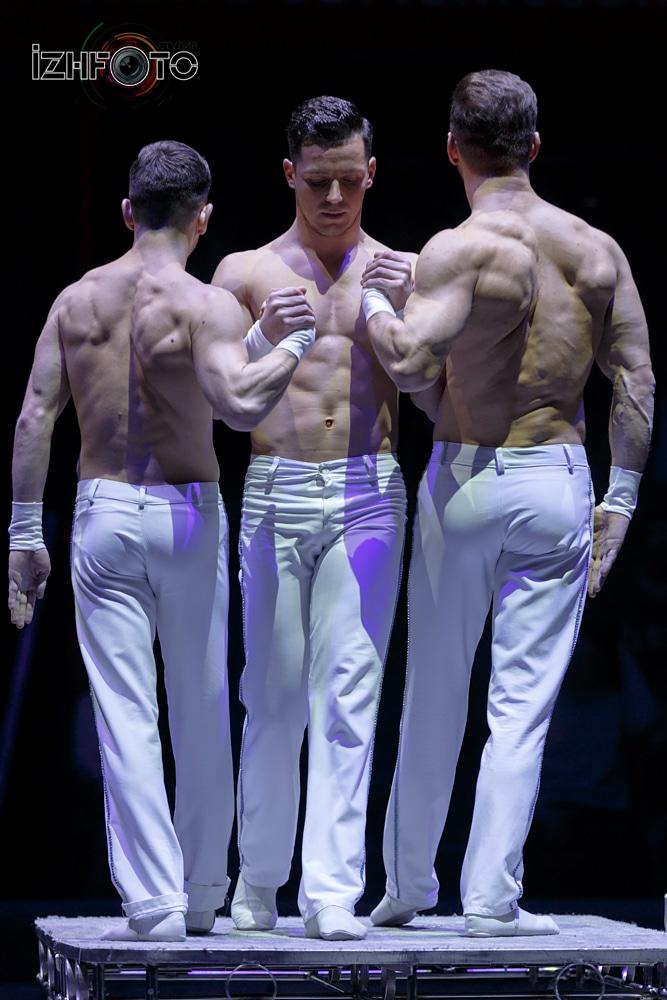 Силовое акробатическое шоу фото