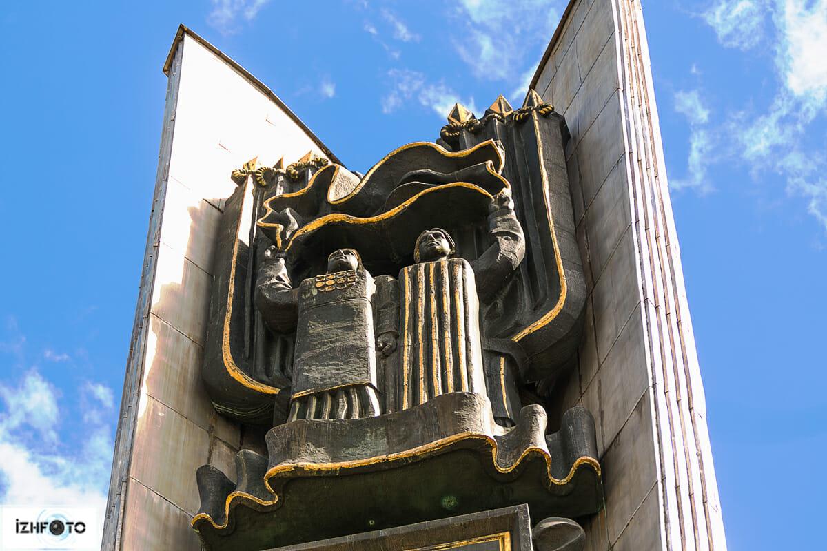 Монумент облицован нержавеющей сталью и имеет внушительную высоту — 46 метров.