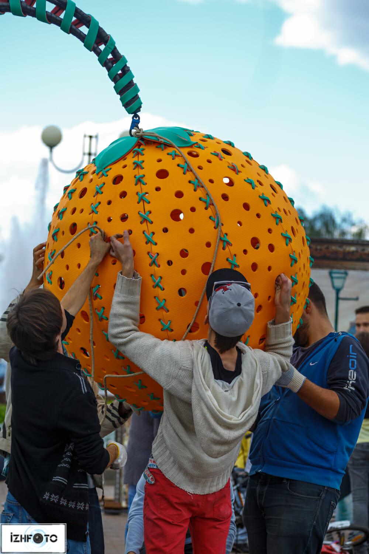 Установка огромного апельсина