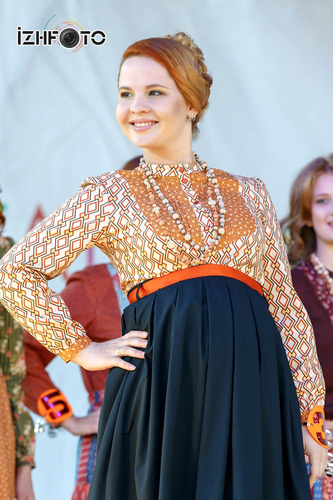 Дефиле в платьях от Полины Кубиста