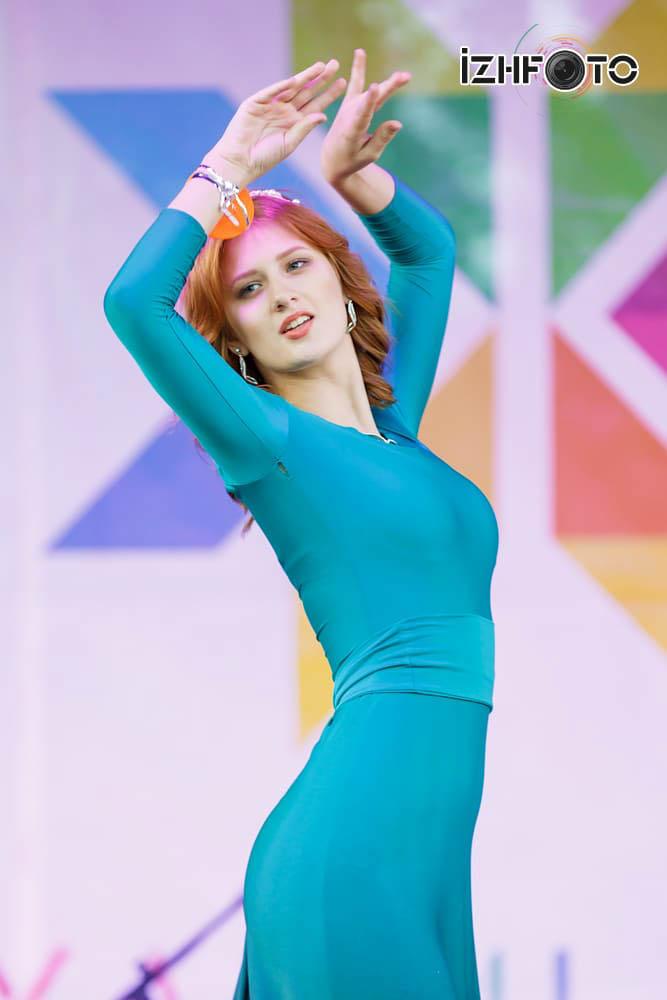 Дефиле участниц конкурса красоты