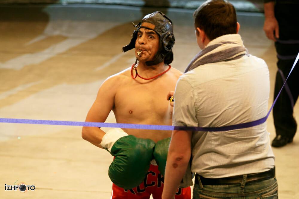 Фото клоуна Сезара Аедо с постановкой Бокс