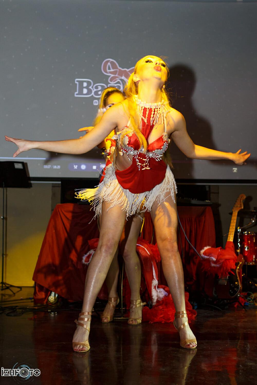 На сцене - шоу-балет Сердцеедки, Ижевск