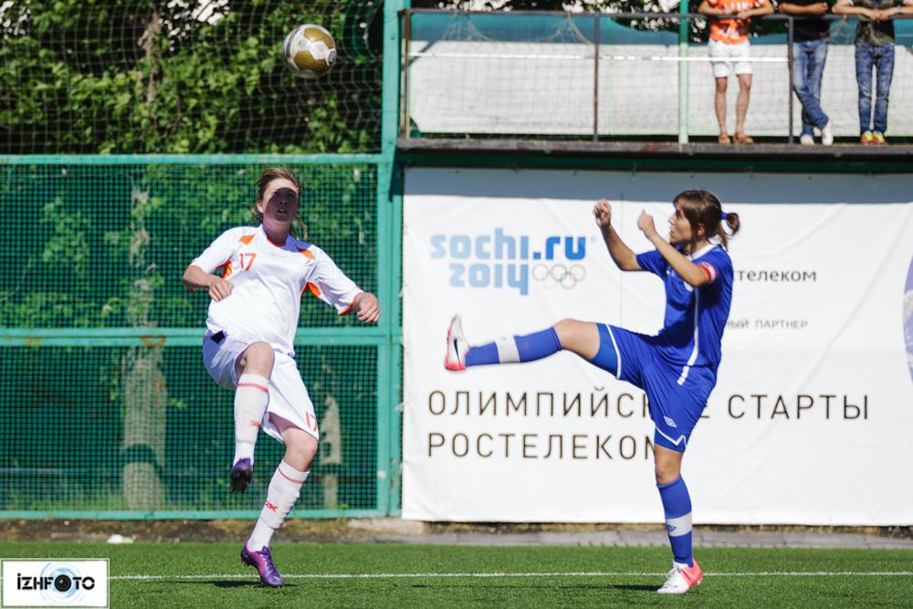 Матч по футболу среди женских команд