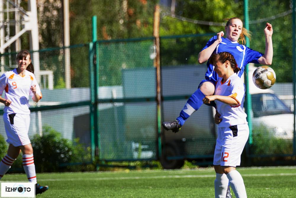 Фоторепортаж с матча по футболу среди женских команд