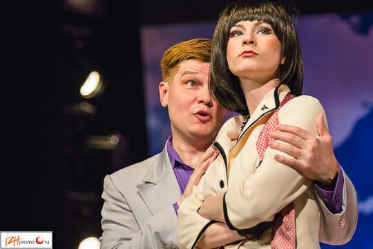 Сюжет пьесы повествует о молодом ловеласе Бернаре, который одновременно встречается с тремя прекрасными стюардессами