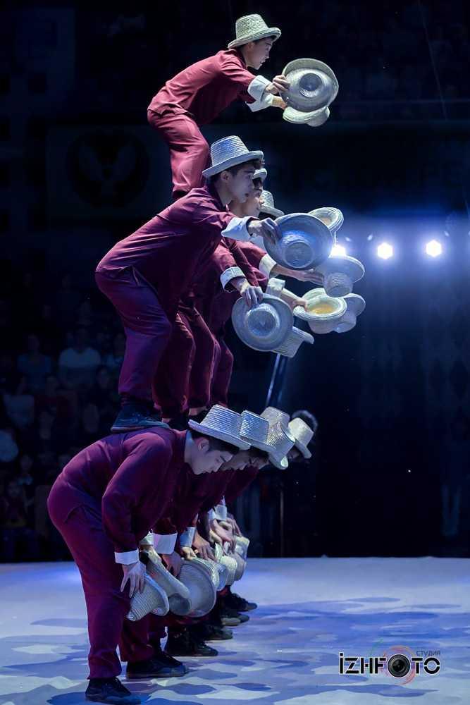 Jinan acrobatic troupe, «Hat juggling», China