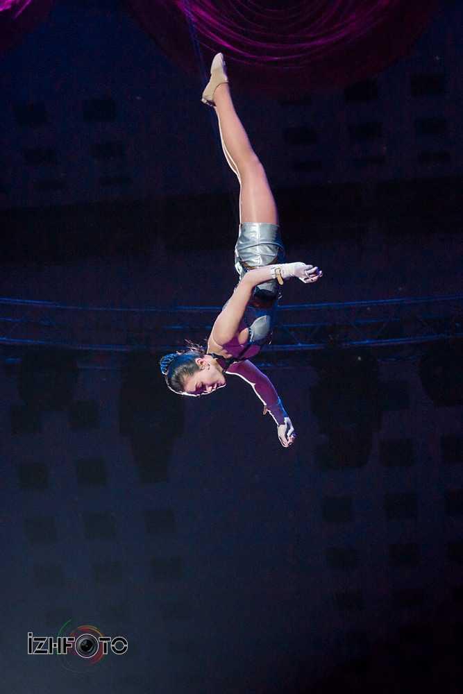 Акробаты на качелях с турником, КНДР Фото