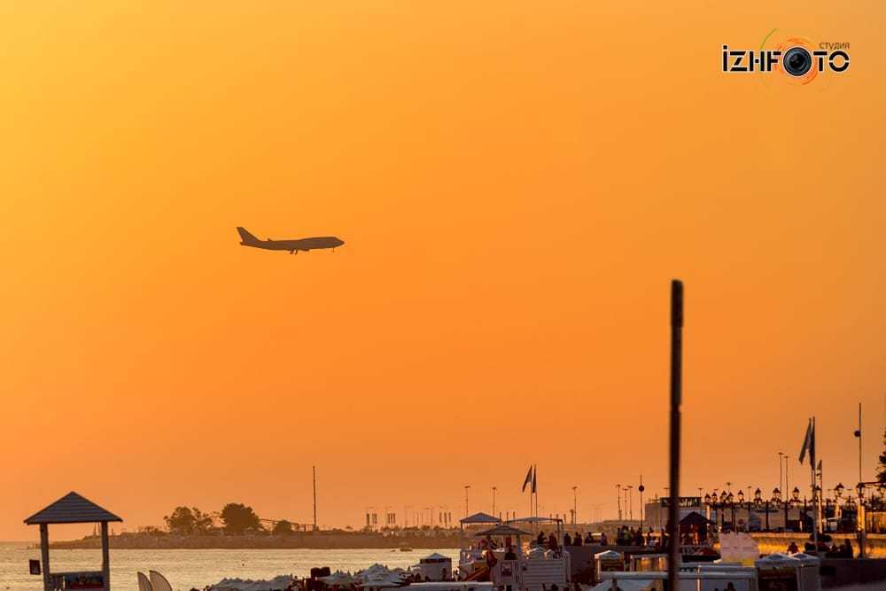 Вид на самолеты, приземляющиеся в аэропорту Адлера