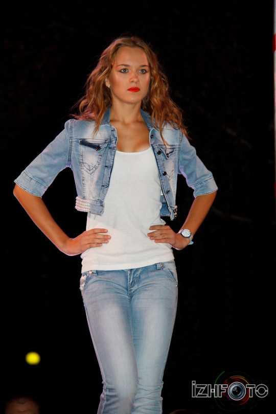 Показ джинсовой одежды