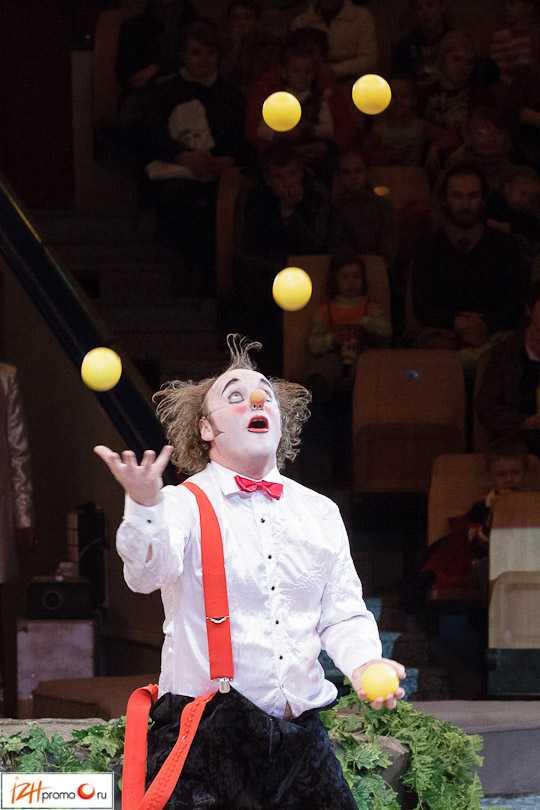 Выступление клоунов на Параде звезд, Ижевск