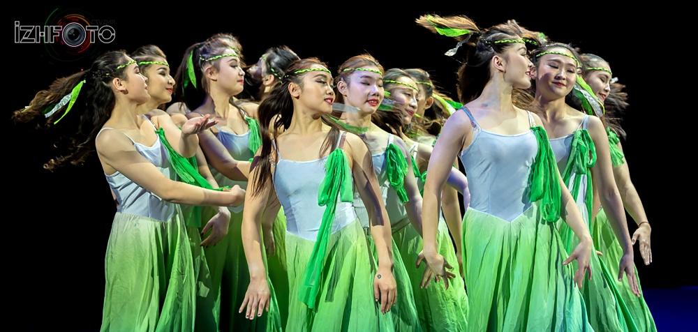Синьцзянская акробатическая труппа, Китай, номер Ода Юности