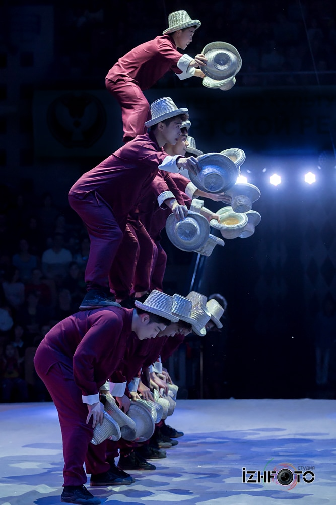 Jinan acrobatic troupe, «Hat juggling», China