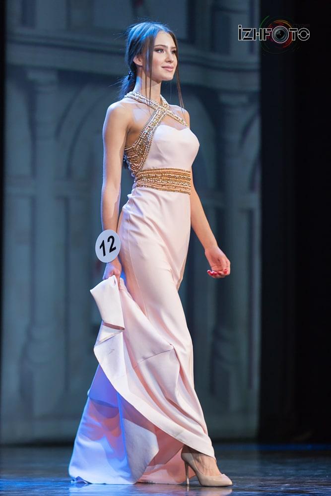 Дефиле в вечерних платьях