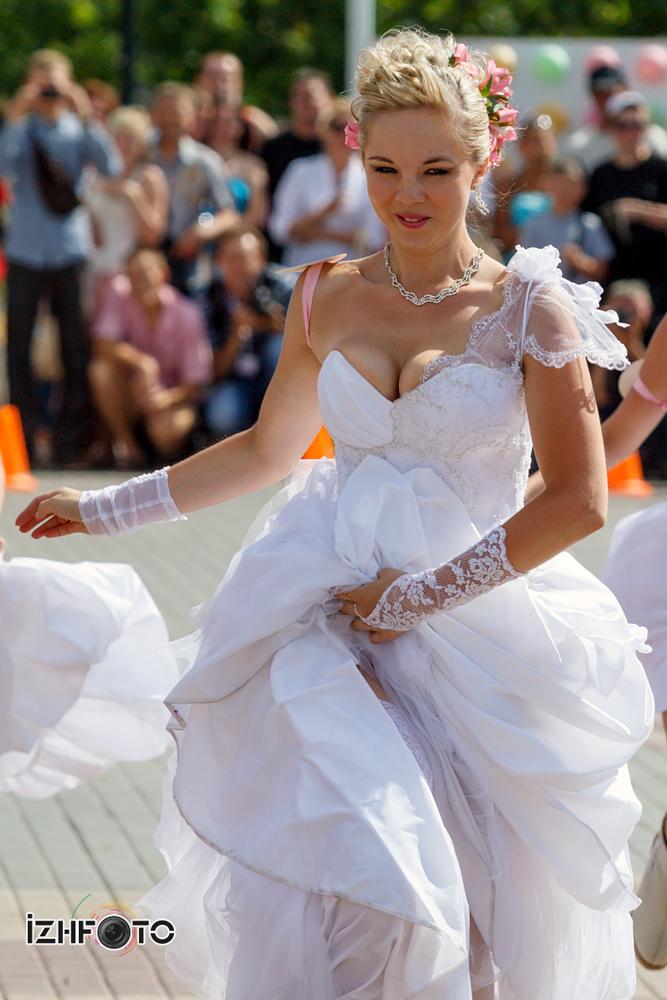 Забег невест Фото