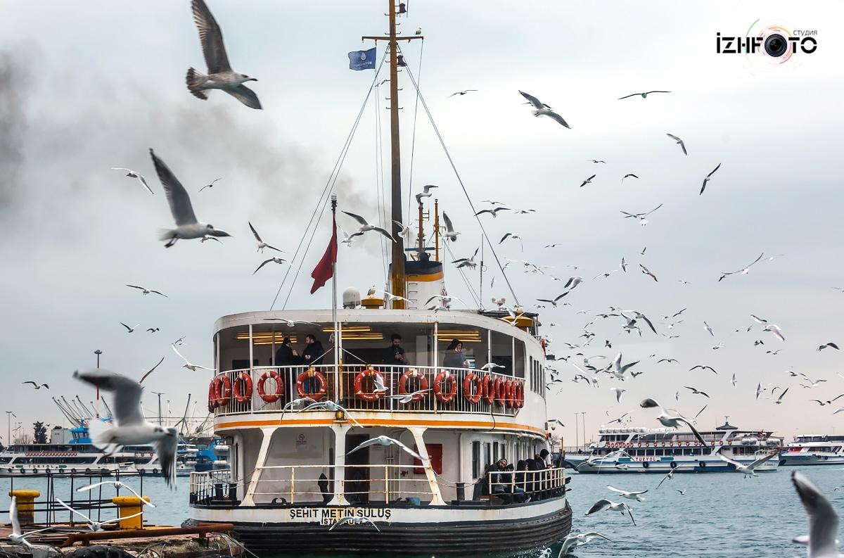 Паромы в Стамбуле Фото