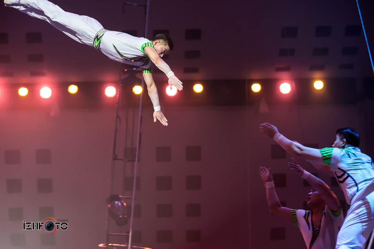 Корейские акробаты в цирке