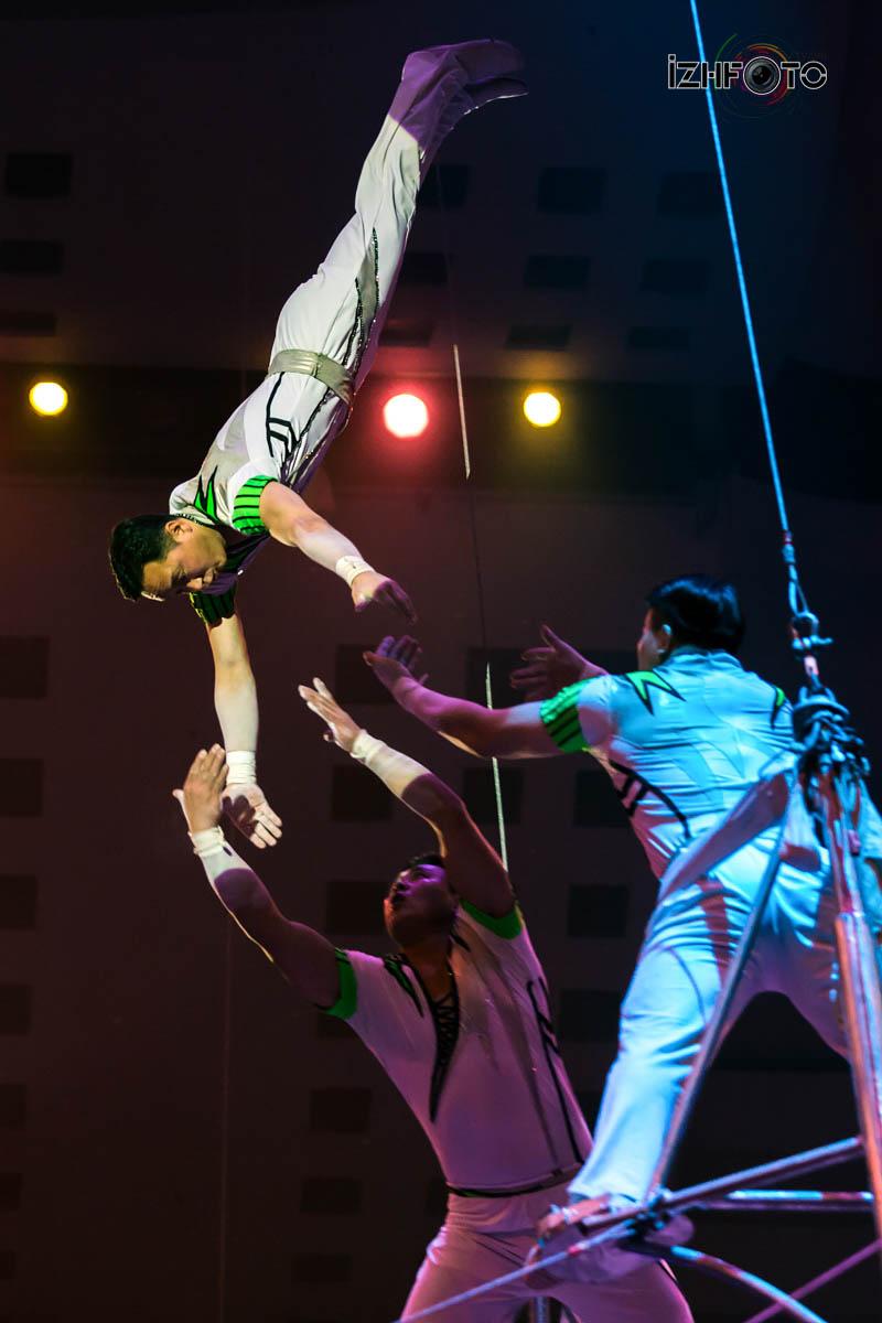 Воздушный полет акробатов