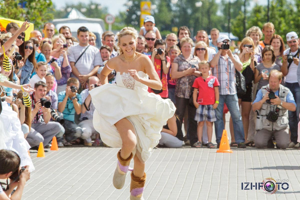 Зрители и болельщики на марафоне невест