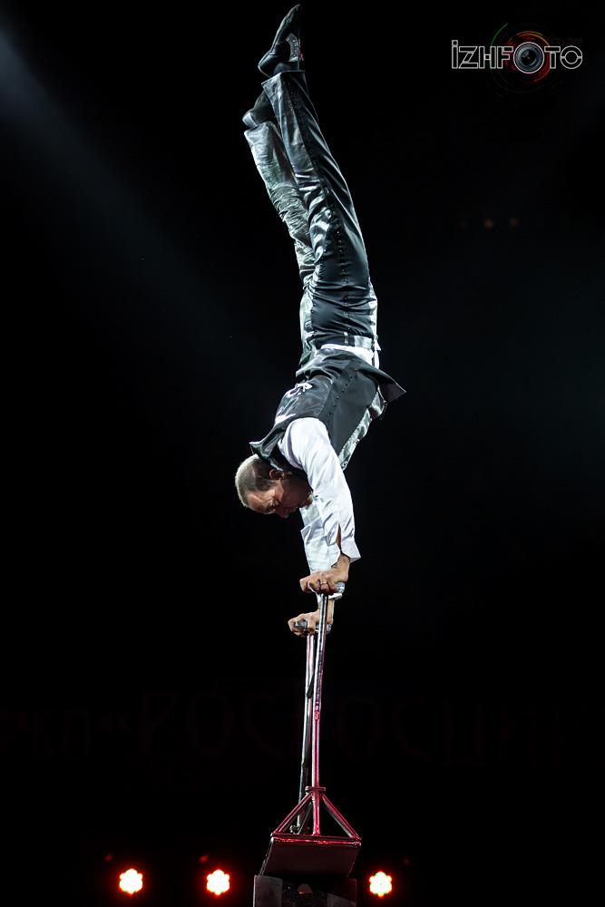 Эквилибр на катушках в цирке Фото