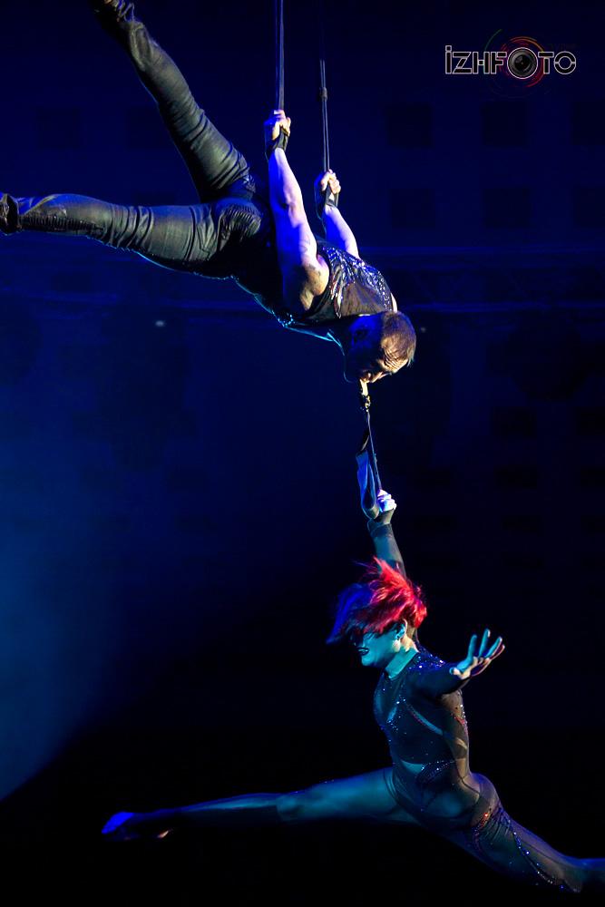 Акробаты на воздушных ремнях Фото