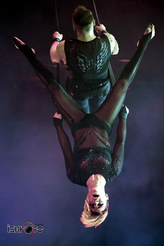 Шоу цирковых акробатов Фото