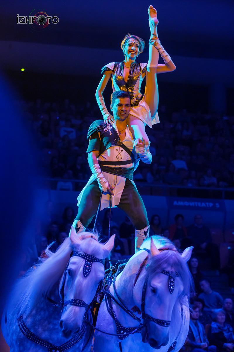 Акробаты на лошадях в Цирке
