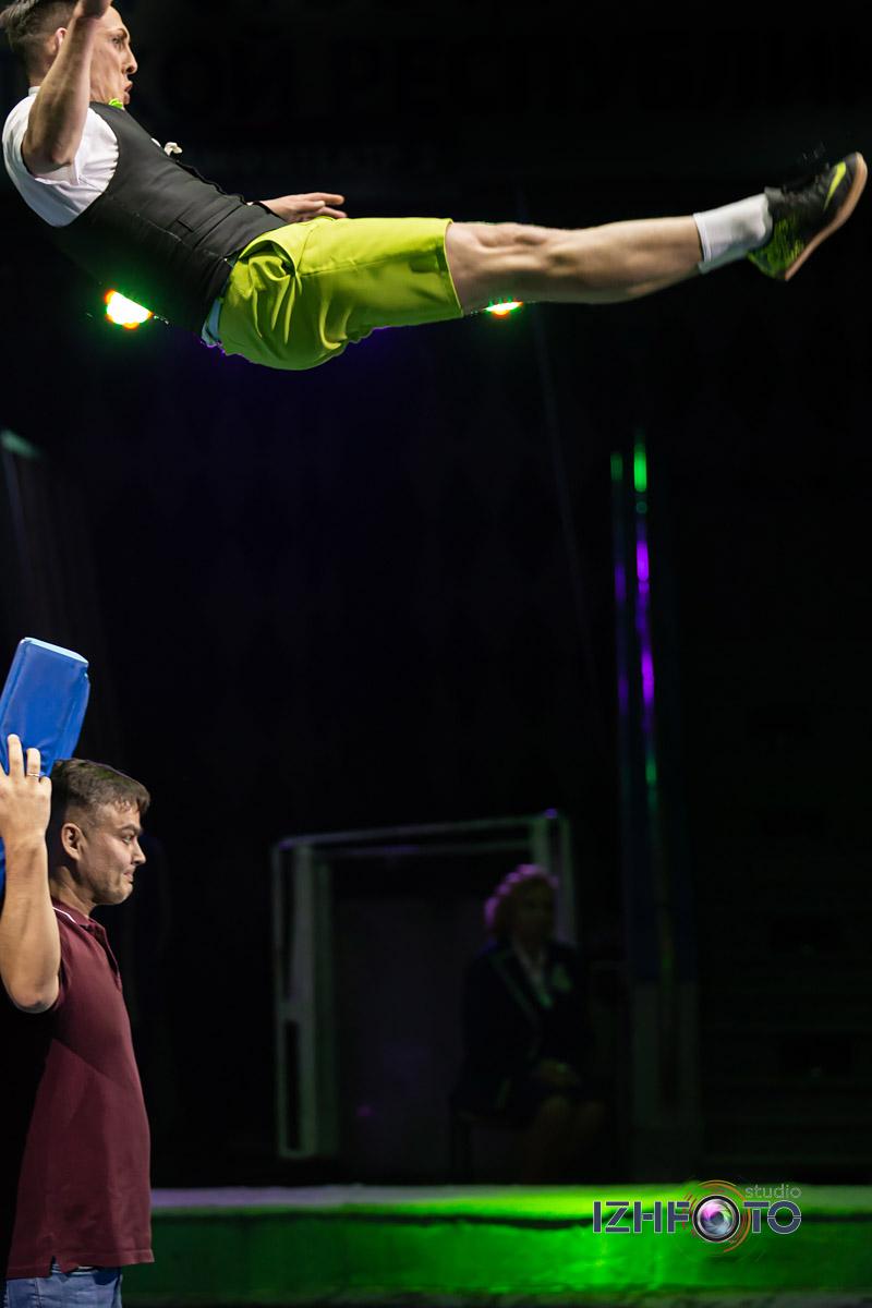 Выступление клоуна Акулы в цирке Фото
