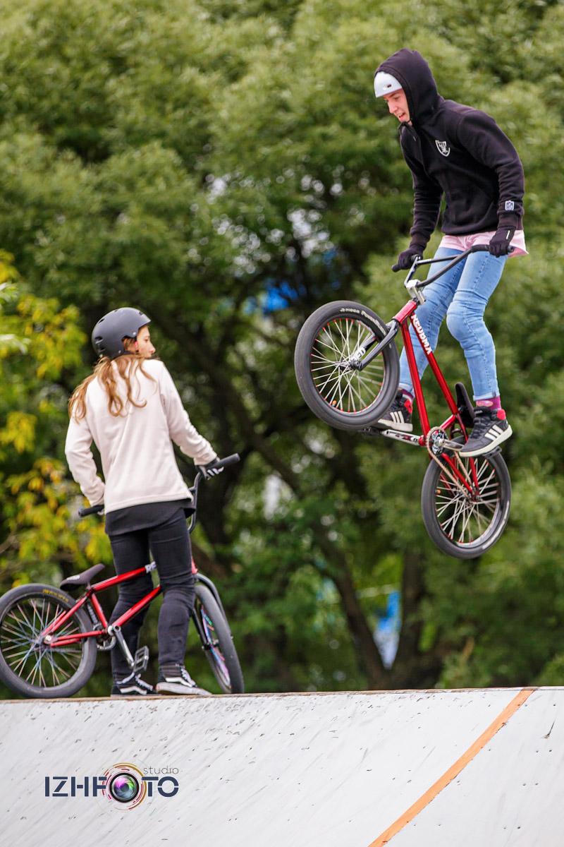 Трюки на велосипедах BMX Фото