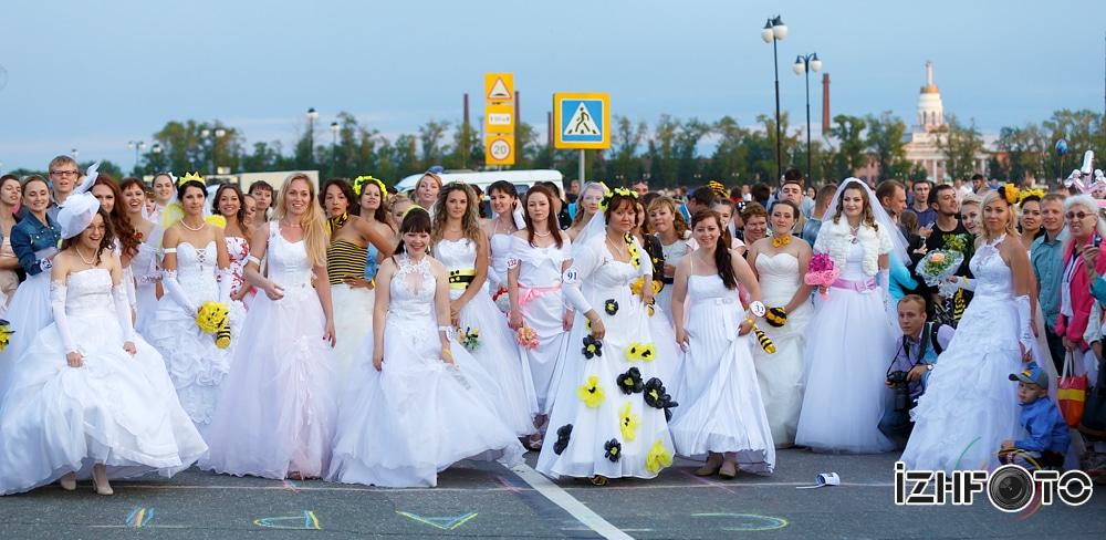 Метание свадебных букетов