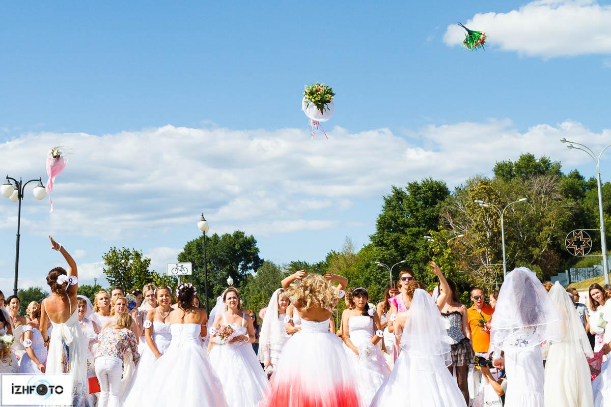 Свадебные традиции - подбрасывание букета