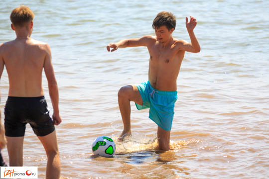 Футбол на пляже Фото