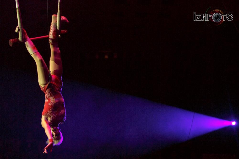 Выступление на трапеции в Цирке Фото