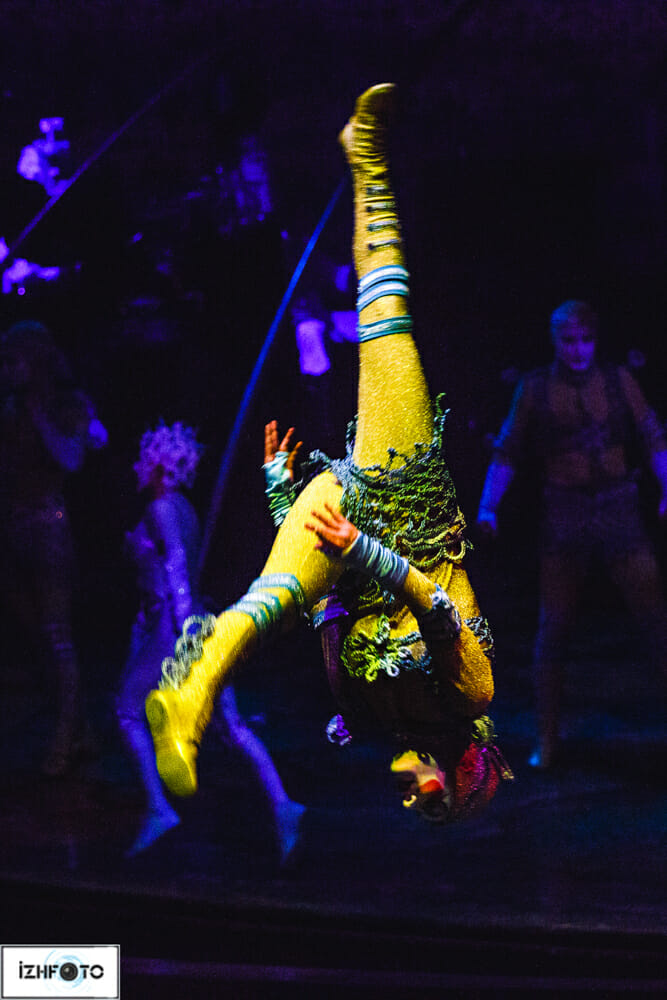Очень большое значение в представленном шоу отводится световому оформлению
