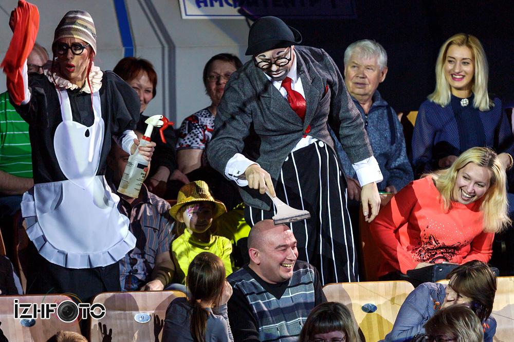 Шоу клоунов в цирке Фото