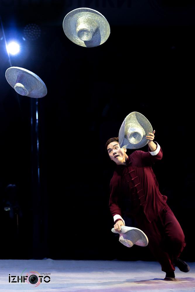 Китайские жонглеры Фото