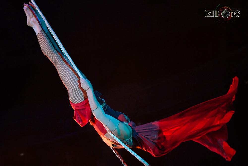 Воздушная гимнастка на трапеции Любови Ульянкиной
