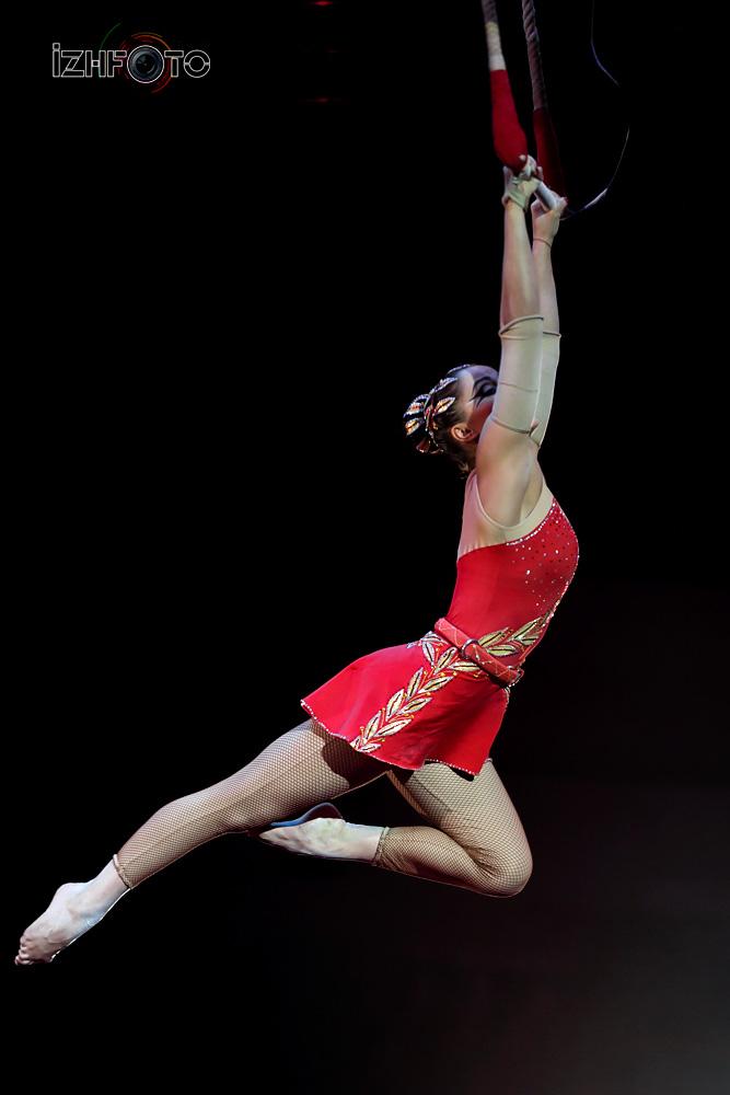 Воздушная гимнастка на трапеции в цирк