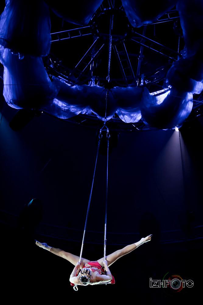 Воздушные гимнастки в цирке Фото
