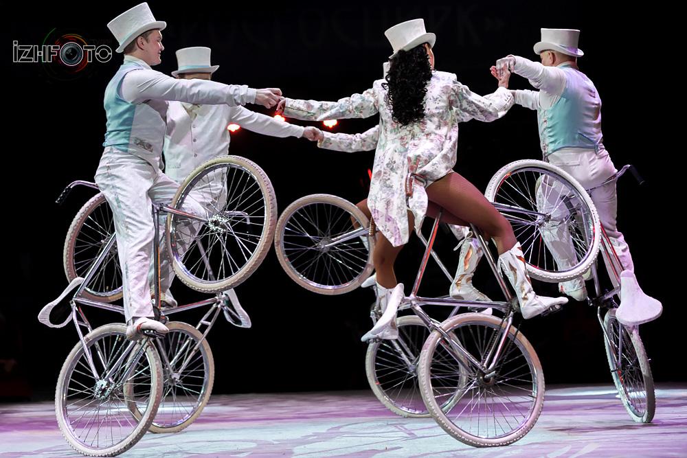 Фото Акробатов на велосипедах в цирке