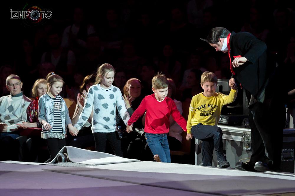 Выступление клоунов в цирке Фото