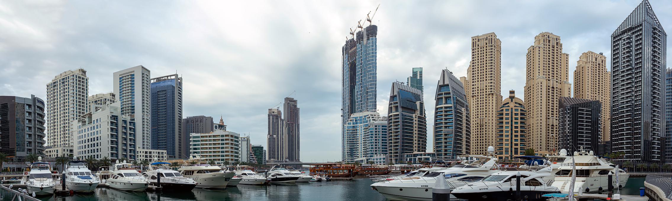 Утро на причале катеров Marina Dubai на фоне небоскребов