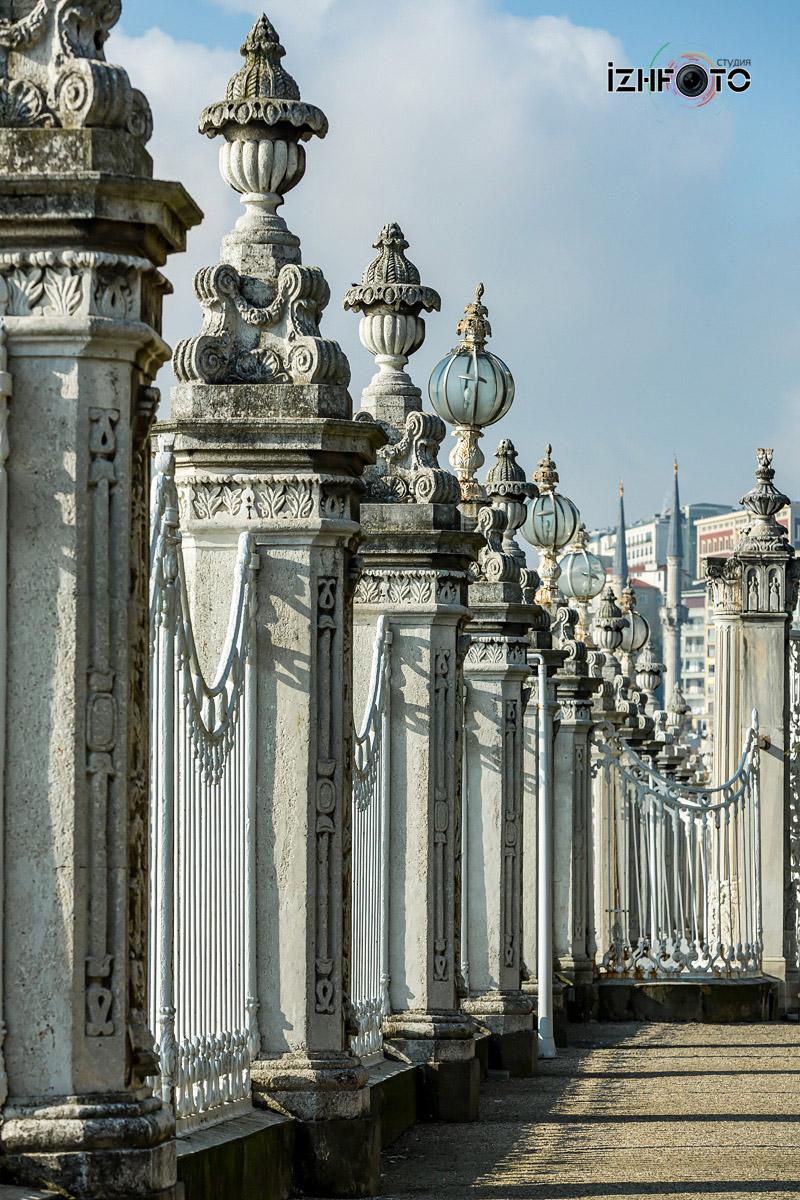 Ограда Долмабахче со стороны БосфораФото