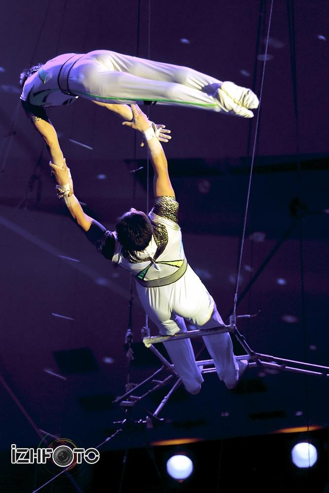 Воздушный полет артистов из Северной Кореи