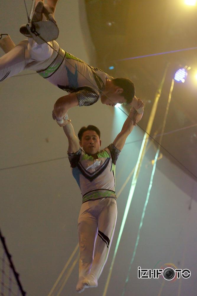Акробаты в Цирке Фото